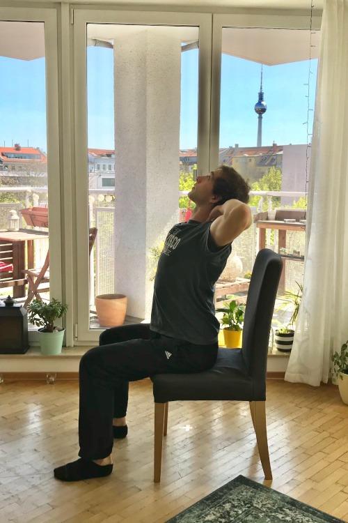 Brust strecken im Sitzen - Übungsteil 1